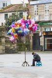 Een vrouwen verkopende ballons bij een straat Royalty-vrije Stock Afbeeldingen