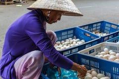 Een vrouwen verkopende eieren bij een Mekong Deltastraatmarkt in Nga-Baai, Royalty-vrije Stock Foto