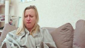 Een vrouwenhoest op middelbare leeftijd Zij heeft een koude, hoofdpijn, koorts, kou stock footage