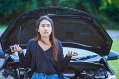 Een vrouwenhoofdpijn terwijl het bekijken opgesplitste auto op weg royalty-vrije stock foto