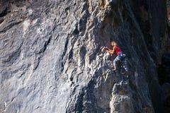 Een vrouwenklimmer op een rots Royalty-vrije Stock Foto