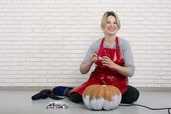 Een vrouwenkunstenaar treft voor Halloween voorbereidingen en schildert pompoenen stock foto's