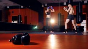 Een vrouwenlangsliggers met een mannelijke bokser stock footage