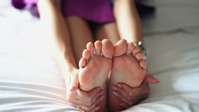 Een vrouwenmassaga de bodem van zijn vermoeide, pijnlijke voet stock videobeelden