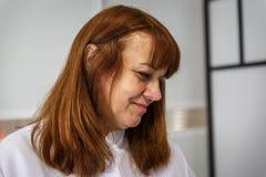 Een vrouwentherapeut kijkt affectionately royalty-vrije stock afbeelding