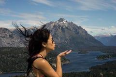 Een vrouwentoerist in de bergen en de meren van San Carlos de Bariloche, Argentinië Royalty-vrije Stock Afbeeldingen