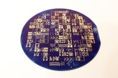 Een vuil die siliciumwafeltje, met vingerafdrukken wordt behandeld Royalty-vrije Stock Foto's