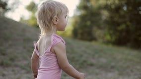 Een vuil klein jong geitje loopt in openlucht stock video