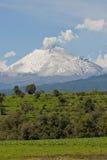 Een vulkaan in een zonnige dag Royalty-vrije Stock Afbeelding