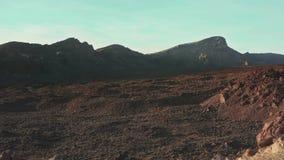 Een vulkanische woestijn van bevroren lava vormde een vreemd landschap stock video