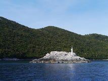 Een Vuurtoren op een rots in het Middellandse-Zeegebied Stock Afbeelding