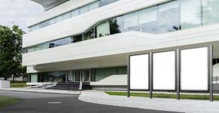 Een waaier van lege banners met modern commercieel centrum op achtergrond het 3d teruggeven Royalty-vrije Stock Foto's