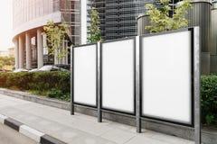 Een waaier van lege banners met moderne wolkenkrabbers op achtergrond het 3d teruggeven Stock Afbeeldingen