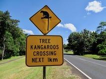 Een waarschuwingsbord aan automobilist dat er zeldzame boomkangoeroes kunnen zijn kruisend de weg Royalty-vrije Stock Afbeelding