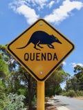 Een waarschuwingsbord aan automobilist die zij om op het vooruitzicht voor een zeldzame dierlijke buidel geroepen Quenda vereisen Stock Foto