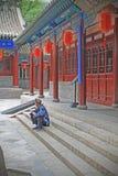 Een wachtende mens in één van de tempels van Jinyuan, Shanxi-provincie royalty-vrije stock fotografie