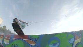 Een wakeskater glijdt op dozen stock videobeelden