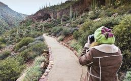 Een Wandelaar fotografeert Lager Cliff Dwelling in Tonto Nationaal M Royalty-vrije Stock Afbeelding