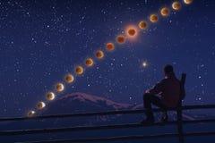 Een wandelaar geniet van de maanverduistering Stock Foto's