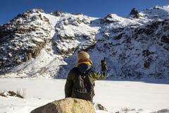 Een wandelaarplaatsing voor het bevroren Melu-meer, Corsica royalty-vrije stock foto's
