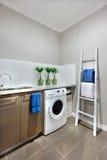 Een wasgebied met een wasmachine van een modern huis Stock Afbeelding