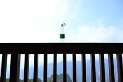 Een waterbottle gezet op een houten omheining Essentieel voor wandeling! Royalty-vrije Stock Afbeeldingen