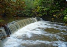 Een waterkering op een kleine stroom Royalty-vrije Stock Foto's