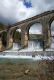 Een waterkering, rivierarchitectuur in een buitendag Royalty-vrije Stock Foto