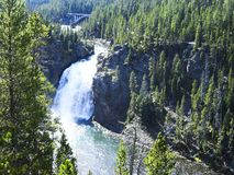 een waterval in een canion in de bergen royalty-vrije stock foto's