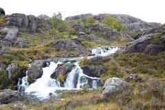 Een waterval dichtbij Trollpikken Eigersundgemeente Rogalandprovincie noorwegen stock fotografie