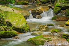 Een Waterval met Moss Covered Rocks - 2 Royalty-vrije Stock Foto