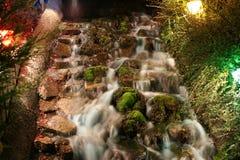 Een waterval op een cursus van het minuaturegolf bij nacht Stock Foto