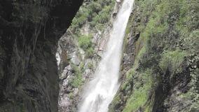 Een waterval op een rots stock videobeelden