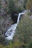 Een waterval stroomt snel over de rotsen van het rivierbed en in de hieronder vijver stock afbeelding
