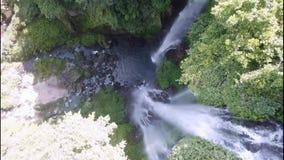 Een waterval in een tropische wildernis, het water valt aan een diepte van 70 meters Vooraanzicht van waterval van hommel stock video