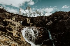 Een waterval zet hieronder FitzRoy in Patagonië Argentinië op royalty-vrije stock afbeeldingen