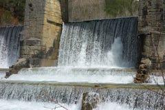 Een watervalwaterkering in een niet stedelijke scènedag Royalty-vrije Stock Afbeelding