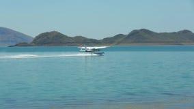 Een watervliegtuig die van start gaan om te vliegen stock footage