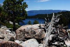 Een Weergeven van Cascademeer met Meer Tahoe op de Achtergrond stock foto's