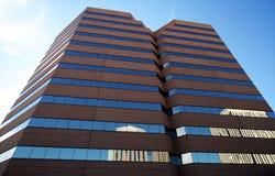 Een weerspiegeld Paar Lange Gebouwen van het Bureau Stock Fotografie