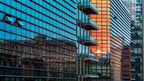 Een weerspiegelde zonsondergang in het commerciële centrum in Milaan royalty-vrije stock afbeeldingen