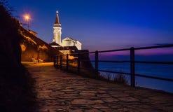 Een weg aan de kerk in Piran, Slovenië stock fotografie