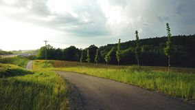Een weg aan uknown bij de dageraad stock foto's