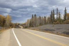 Een weg in Alberta, Canada Royalty-vrije Stock Afbeeldingen