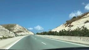 Een weg in de bergen stock video