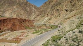 Een weg door de bergen stock video
