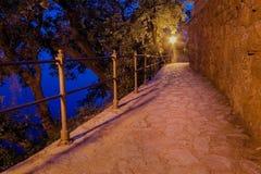 Een weg door het overzees in Opatija, Kroatië Royalty-vrije Stock Foto's