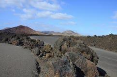 Een weg door vulkanisch landschap van Timanfaya op Lanzarote Royalty-vrije Stock Afbeelding