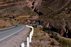 Een weg in een woestijn Stock Afbeeldingen
