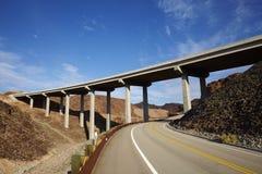 Een weg en een brug in de Woestijn van Gobi in Neveda-Staat van de V.S. Stock Afbeeldingen